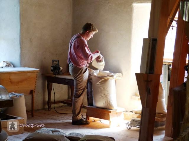Wir kommen zu Bellamy's Flour Mill und sind ueberrascht, auch in der Muehle wird in authentischer Arbeitkleidung nach althergebrachten Methoden gearbeitet