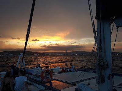 Catamaran avec coucher du soleil