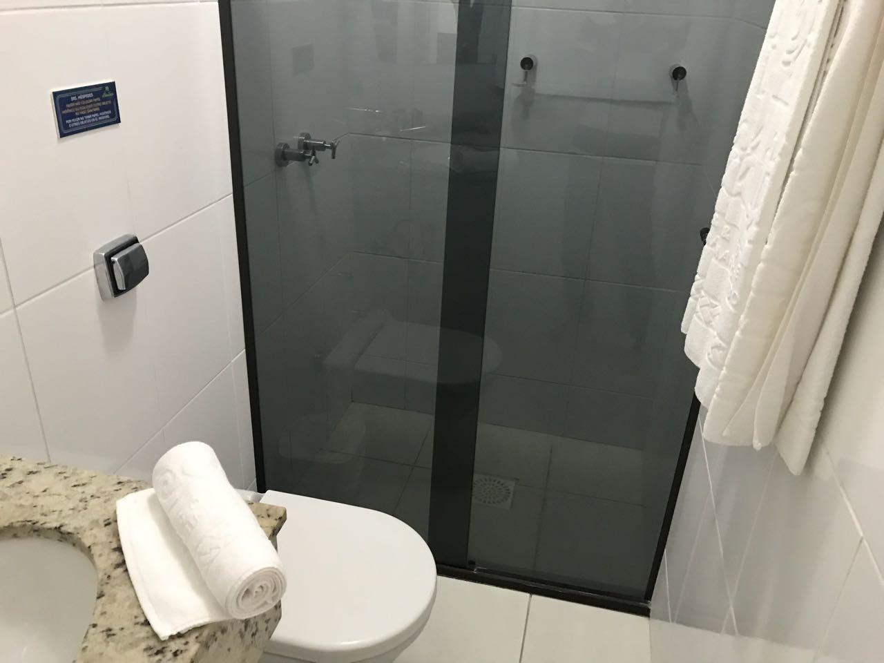 Chuveiro no quarto no Hotel Atlântico em Bombinhas
