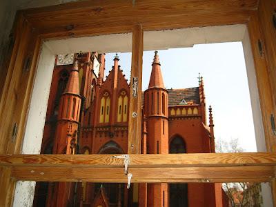 okna skrzynkowe w kamienicy po usunięciu warstw farby olejnej