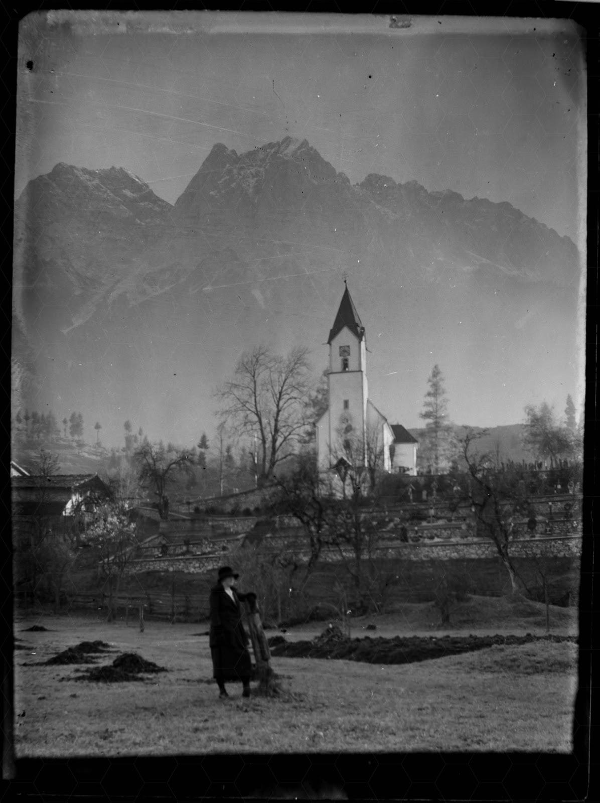 Trauernde Frau vor  der Pfarrkirche St. Johannes der Täufer in Obergrainau - vor 1926