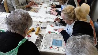 Usuàries d'Aviparc Centre de dia fent la rosa per Sant Jordi