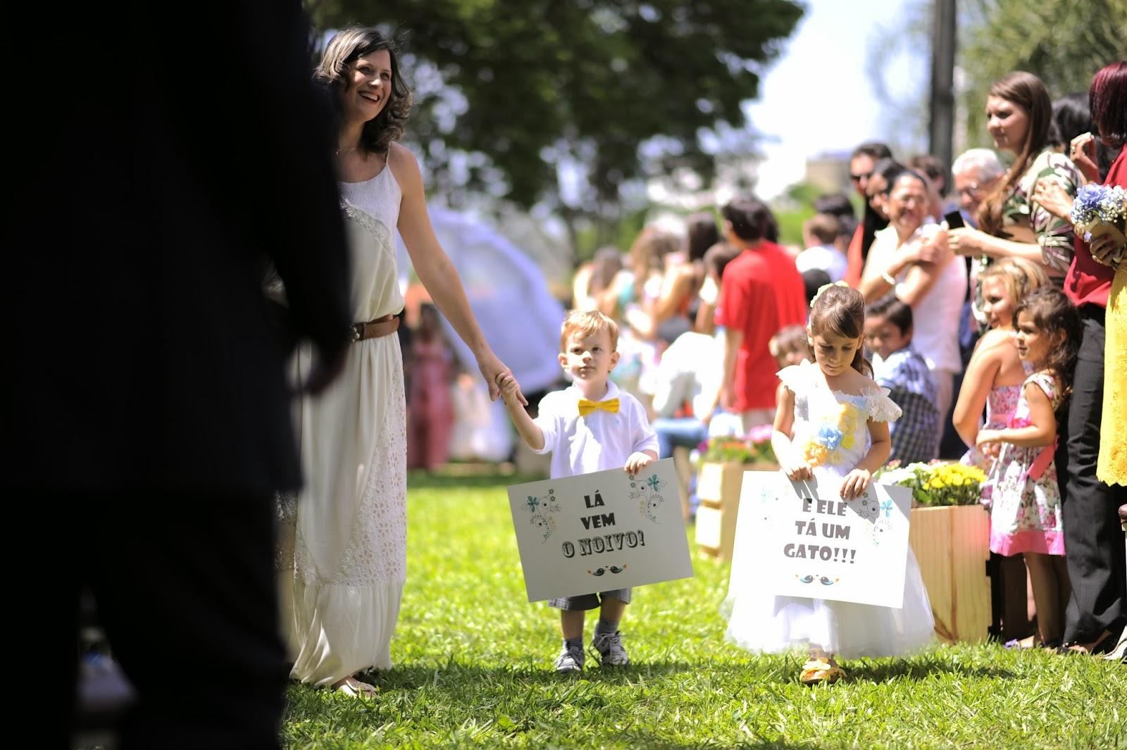 cerimonia-entrada-noivo-plaquinhas-casamento-dia-azul-amarelo