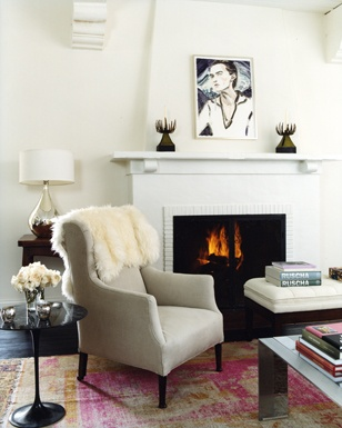 Fireplace and living room of Amanda Peet in Vogue