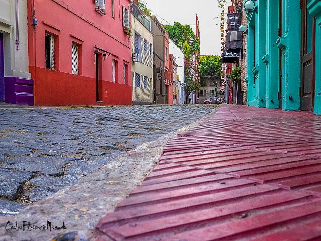 Foto a ras del suelo del colorido pasaje Bollini.