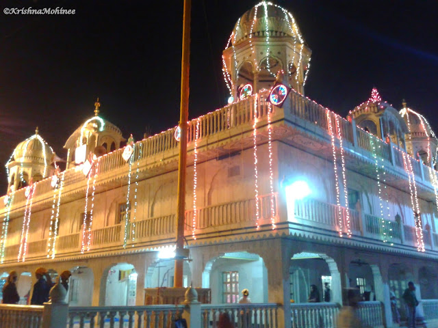 Image: Gurudwara building on Mumbai Agra Highway decorated on Gurupurab Festival