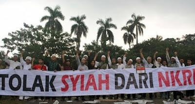 "banner bertuliskan ""Jangan Ada Perayaan Asyuro Syiah di Indonesia"""