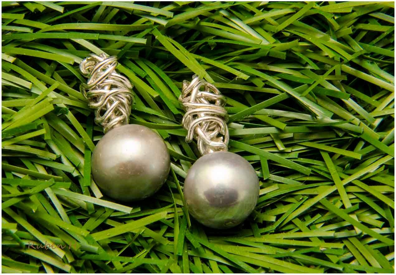 Pendientes ovillos de plata y perlas grises. Joyería artesanal personalizada