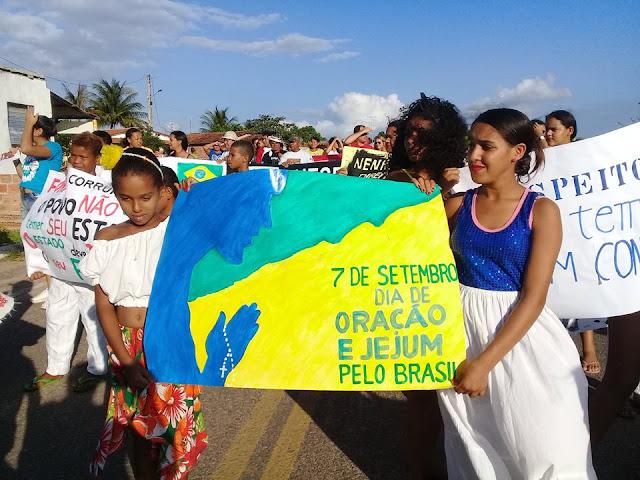 No povoado Salgado, em Delmiro Gouveia, debate, desfile  e  passeata em repúdio as diversas ações do Governo Federal, marcam o 7 de setembro