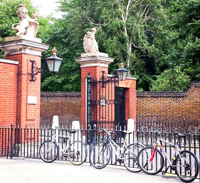 Entrada dos Jardins de Kensington, em Londres