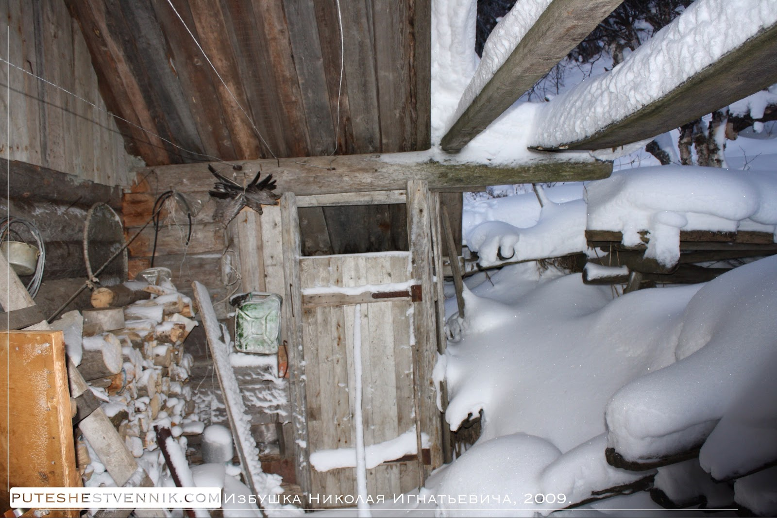 Занесенная снегом рыбацкая избушка