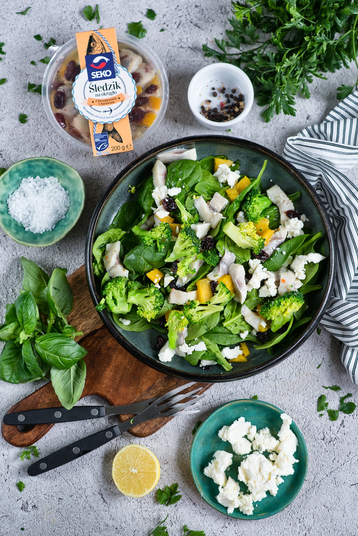 Sałatka śledziowa z brokułem, szpinakiem i serem feta