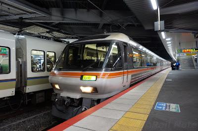 新大阪駅停車中のJR東海キハ85系特急ひだ
