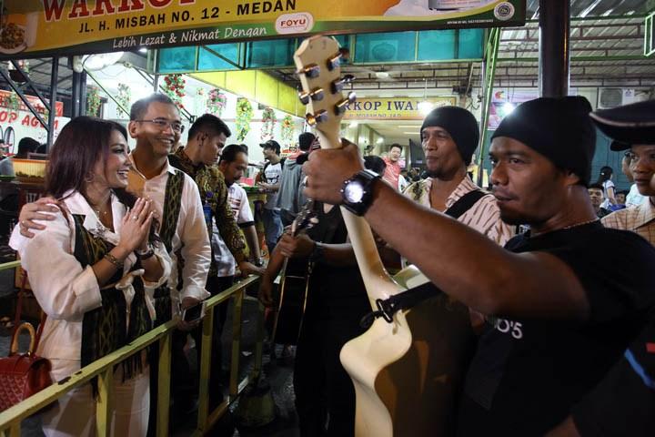 Nyanyikan Lagu Anji, Pengamen Jalanan Yakin Djarot-Sihar Bisa Ubah Sumut