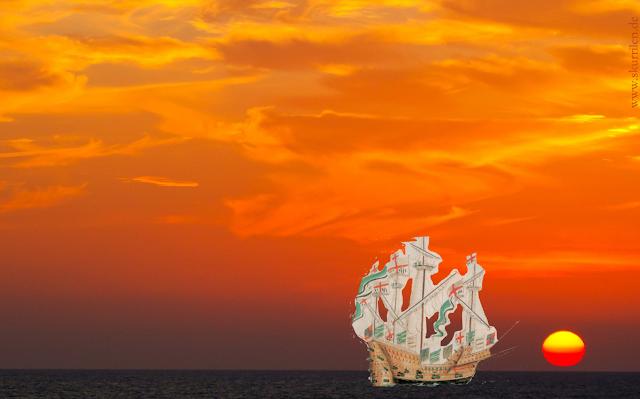 Das historische Segelschiff im wundervollen Abendrot. Es geht Richtung Horizont und Sonnenuntergang. Kurs auf neue Abenteuer.
