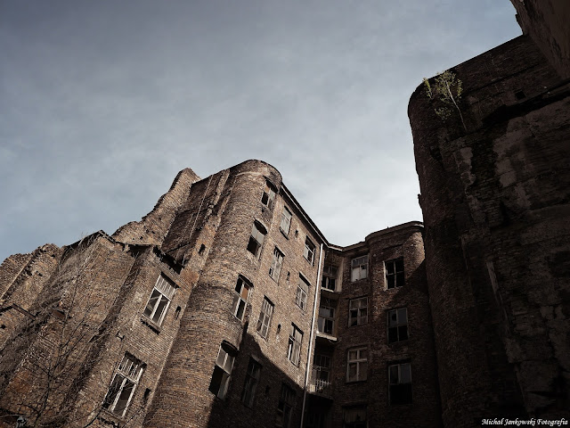Stara opuszczona i zrujnowana kamienica na Waliców 14 w Warszawie