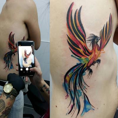 Tatuaje de Ave Fénix estilo acuarela