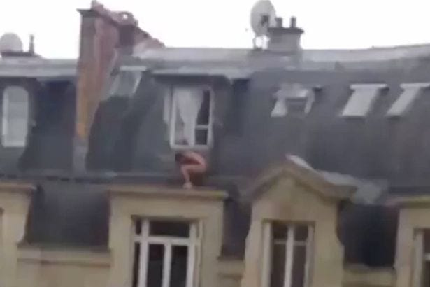 Captan a amante desnudo en la cornisa de un edificio