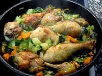 Cocinando los muslos de pollo mezclados con las verduras oochadas