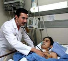 Foto de doctor cardiólogo chequeando a su paciente hombre