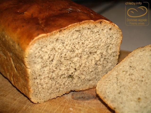 Chleb z kiszonym ogórkiem