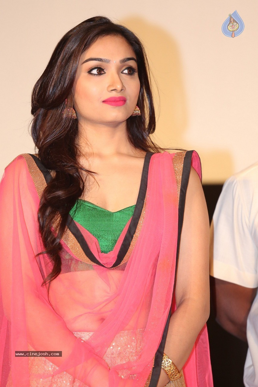 Aishwarya Devan latest hot navel show photos « Mallufun.com