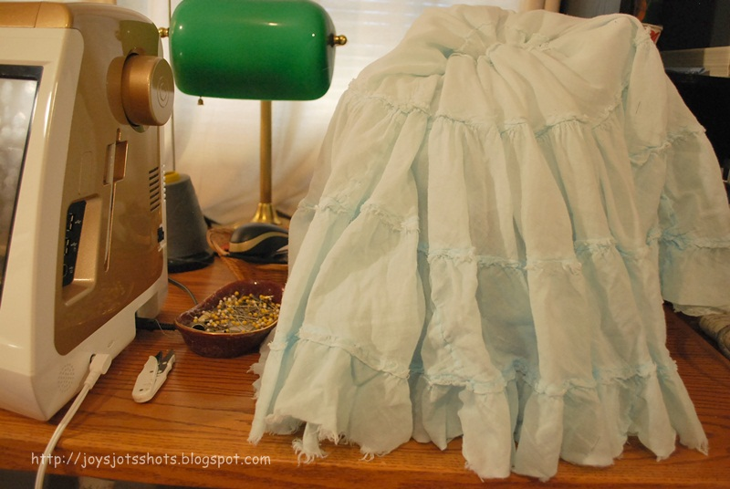 http://joysjotsshots.blogspot.com/2012/07/quickest-sewing-machine-cover-ever.html