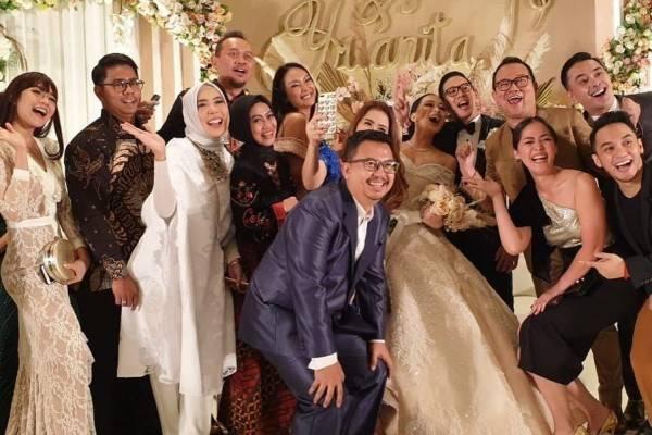 8 OOTD Kondangan Artis di Pernikahan Yuanita Christiani, Serba Glamor!