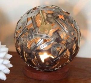Tempat lilin bentuk bola terbuat dari kunci-kunci bekas.