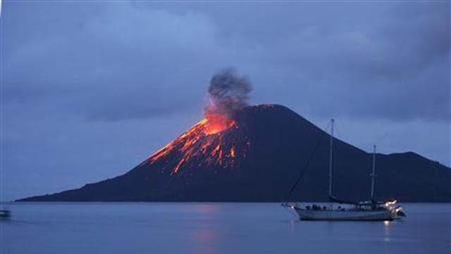 Gunung Krakatau Meletus, di Puncak Muncul Api