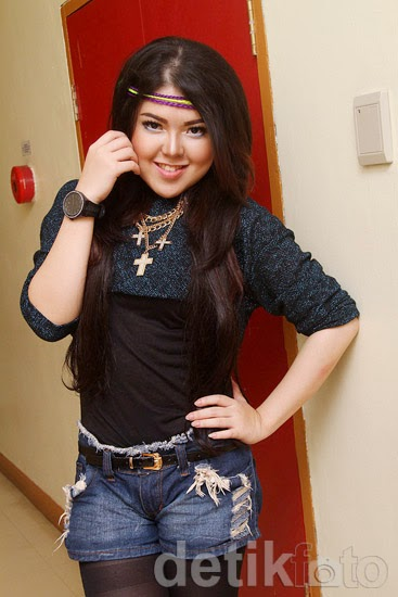Foto Seksi Tina Toonita Hot Pants