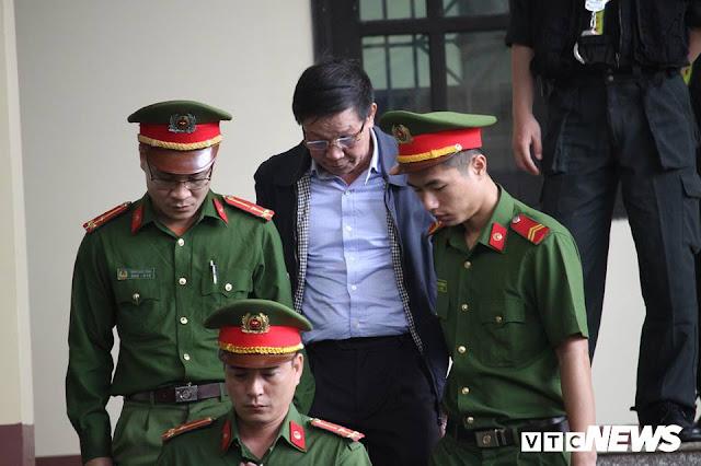 Ông Phan Văn Vĩnh (cựu Tổng cục trưởng, Tổng cục Cảnh s.át, Bộ Công an) bước vào phòng xét xử.