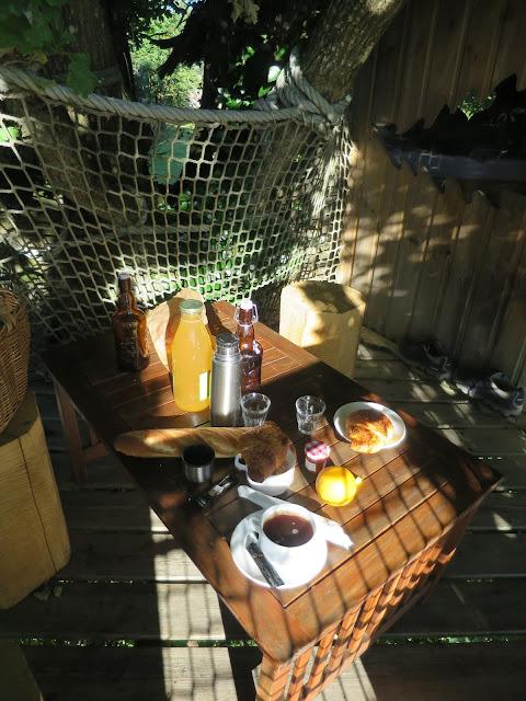 petit-déjeuner-cabane-perchée-domaine-des-vaulx-image-JPG
