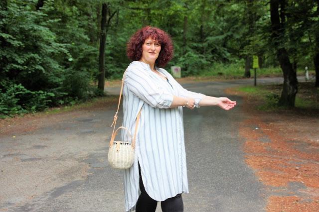 Outfit mit Hemdblusenkleid und Weidenkorbtasche Ü 50