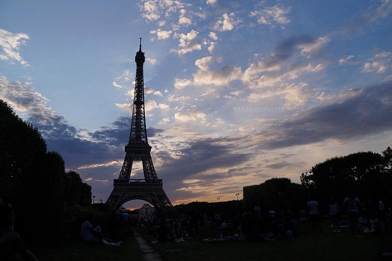 Dramatische Wolken nach dem Sonnenuntergang am Eiffelturm im Juli // Eiffel Tower sunset clouds in July