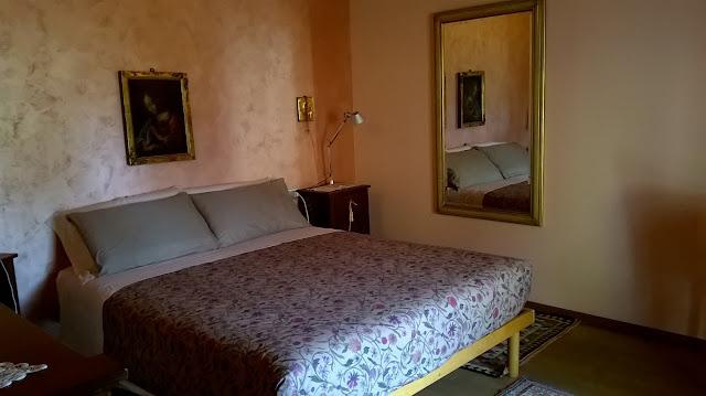 la camera da letto padronale della villa a mozzo via mozzi