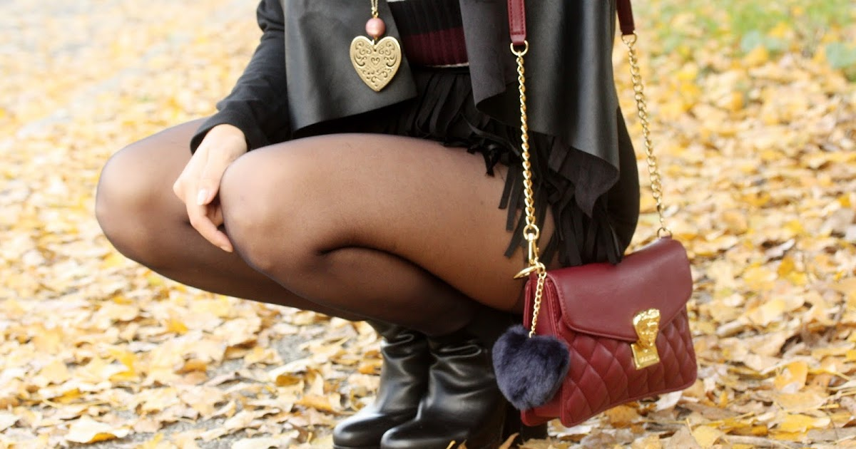 Shorts con frange, colori caldi e una distesa di foglie