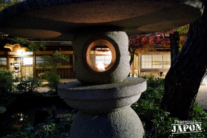 Une lanterne dans le parc Momijidani, Miyajima, Hiroshima-ken