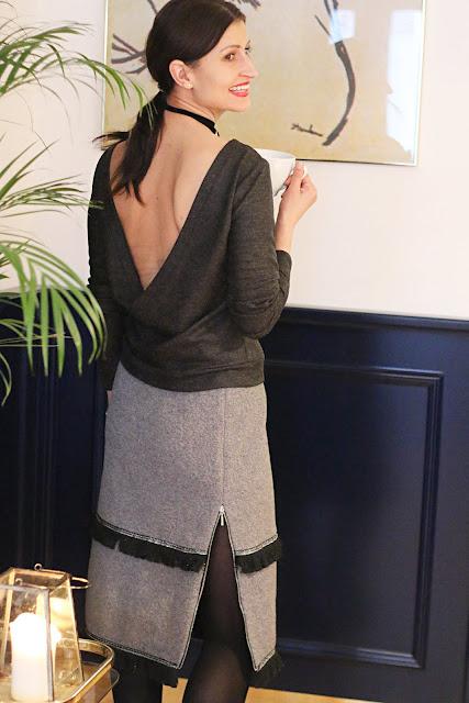 zimowa moda, zimowe stylizacje, moda zima, sweter z dekoltem z tyłu, vicher, Ewa Bednarska, futro, wełniana sukienka, novamoda style, novamoda stylizacje, trendy, moda po 30 ce, futrzany kołnierz, futrzak