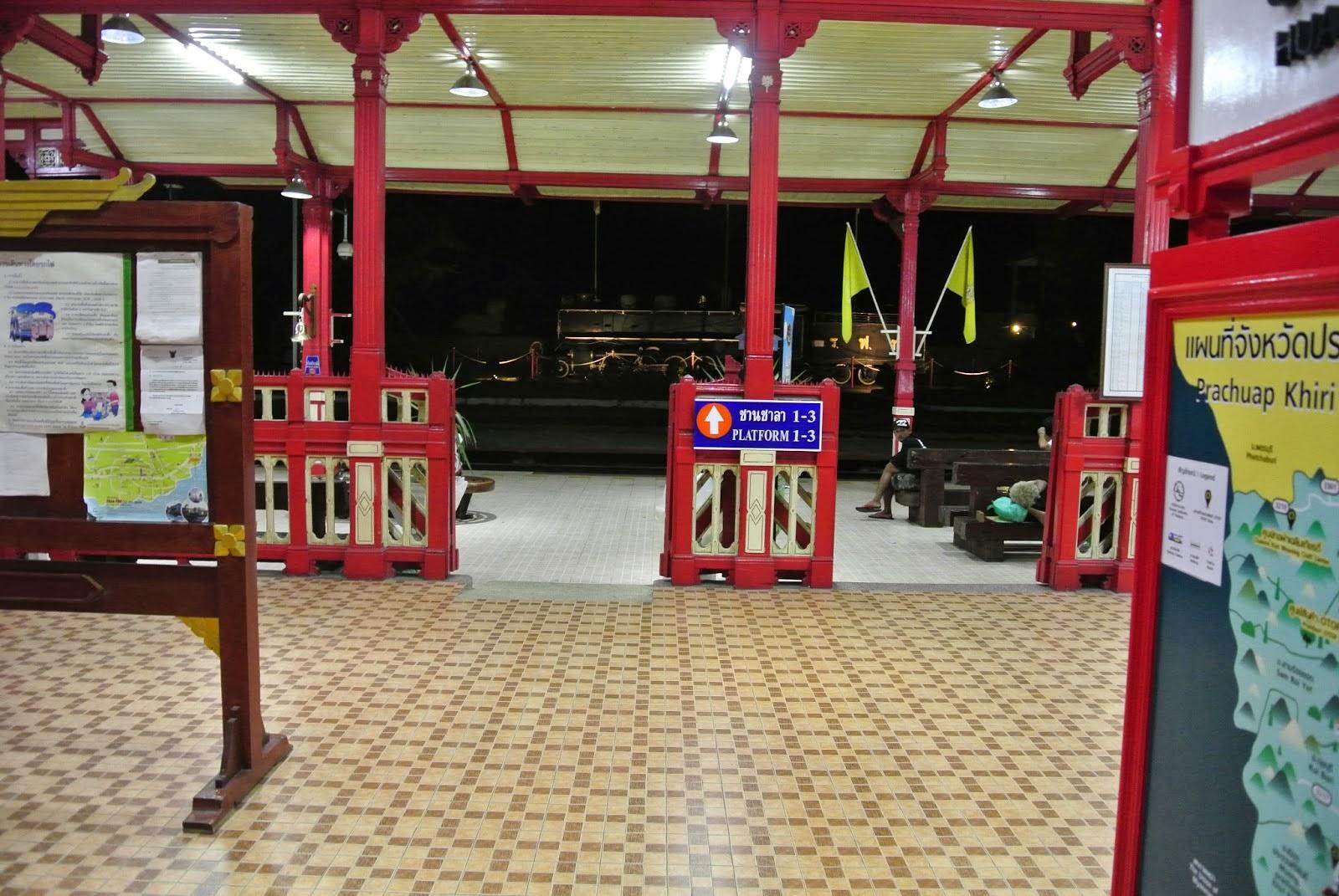 Bahnhofshalle Hua Hin bei Nacht