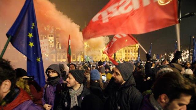 Miles de húngaros protestan contra 'ley de la esclavitud'