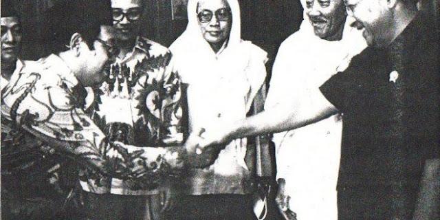 KH. As'ad Syamsul Arifin Menyaksikan Gus Dur Salaman dengn Soeharto.