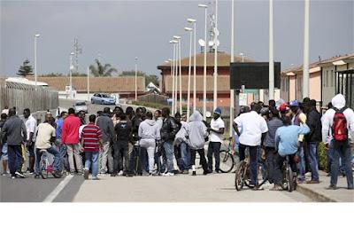 http://www.dn.pt/mundo/interior/padre-ajudou-mafia-a-desviar-ajuda-que-era-para-refugiados-8481209.html