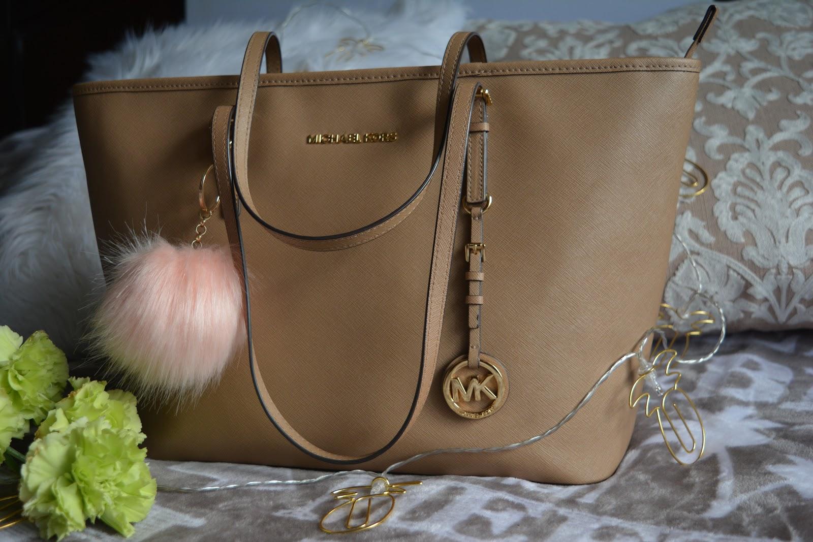 4a5d65c1a6786 Pierwszą torebkę jaką kupiłam tej firmy to Jet Set Travel Medium Saffiano  Leather w kolorze jasny brąz (beżowy). Wielozadaniowa torba, która jest  najlepszym ...