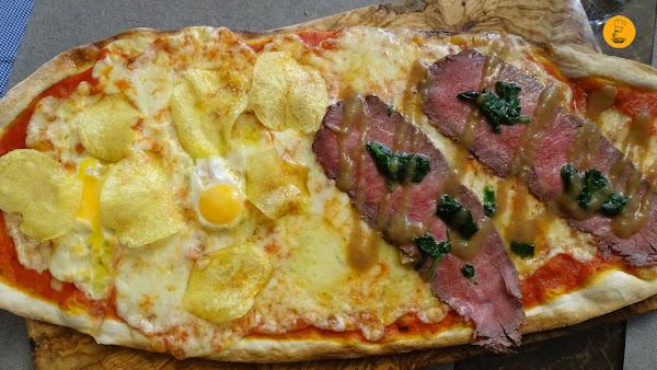 Pizza de huevos de codorniz con patatas y roast beef Fina Catalina
