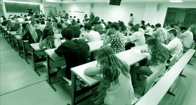 IU exige al Gobierno del PSOE que impida el despido de 54.000 docentes interinos
