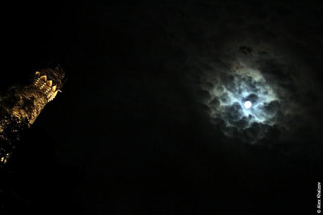 Замок и луна