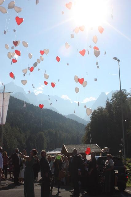 Heliumgefüllte Herzluftballons, Pastell und Vintage Hochzeit in zarten Regenbogenfarben, Riessersee Hotel, Garmisch, Bayern, vintage lake-side wedding in pastel colours, Germany, Bavaria, wedding destination