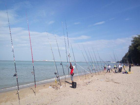 memancing di pantai puteri melaka