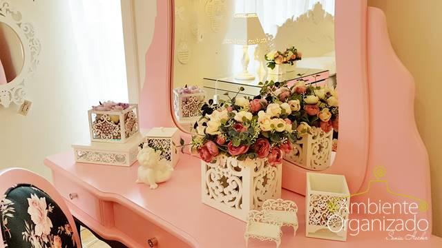 aparadora e cadeira cor de rosa